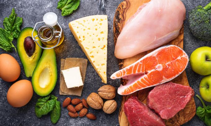 Dù thừa cân, trẻ vẫn phải được ăn đủ chất dinh dưỡng, đảm bảo tăng trưởng theo độ tuổi. Ảnh: Shutershor.