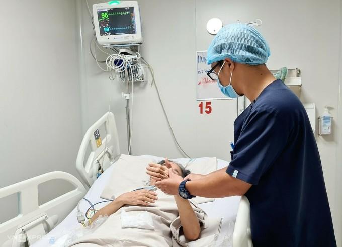 Bệnh nhân vừa cai máy thở tại hoa Cấp cứu Hồi sức Tích cực Chống độc người lớn, Bệnh viện Bệnh Nhiệt đới. Ảnh: Lê Phương.