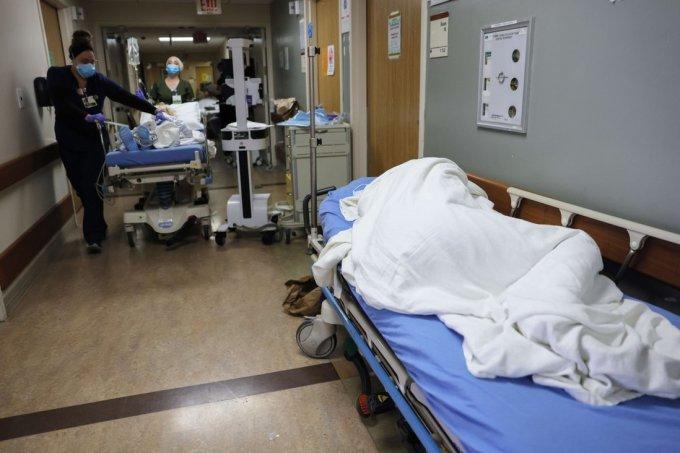 Một bệnh nhân nằm trên cáng ở hành lang tại Trung tâm Y tế Providence St Mary, Thung lũng Apple, California. Ảnh: AFP