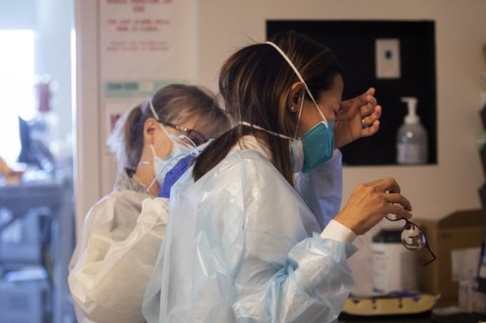 Anne Dauchy, bên trái, đặt tay lên bác sĩ Marwa Kilani để an ủi. Kilani khóc sau khi nói chuyện với gia đình một bệnh nhân tại Trung tâm Y tế Providence Holy Cross ở Mission Hills, California, hôm 30/12. Ảnh: LA