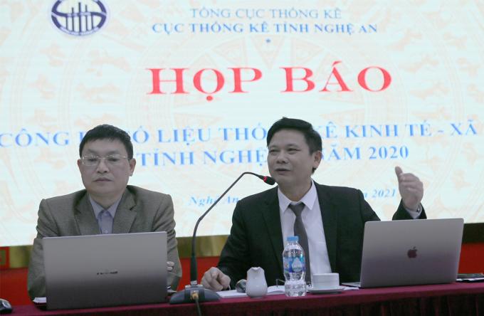 Ông Phan Trường Sơn (áo đen, bên phải), Cục trưởng Cục thống kê Nghệ An tại buổi họp báo. Ảnh: Nguyễn Hải