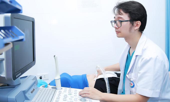 Ngoài xét nghiệm cần thiết, người bệnh được thăm khám, siêu âm để kiểm tra sức khỏe toàn diện, giúp thai kỳ khỏe mạnh. Ảnh: Bệnh viện cung cấp