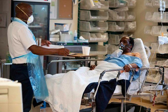 Nhân viên y tế chăm sóc người mắc Covid-19 tại một bệnh viện ở Cape Town, tháng 12/2020. Ảnh: AFP