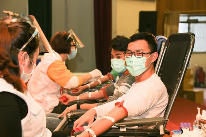 Nhiều người tham gia hiến máu để phục vụ nhu cầu cấp cứu dịp Tết nguyên đán. Ảnh: Công Thắng.