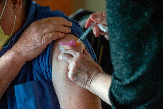 Một người dân được tiêm vaccine Covid-19 tại Boston, Mỹ, tháng 12/2020. Ảnh: AFP