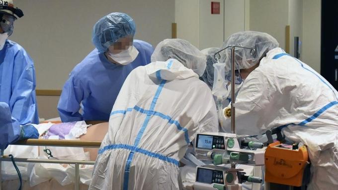Nhân viên y tế tại Bệnh viện Đại học Kindai, Osaka, đang điều trị cho bệnh nhân Covid-19. Ảnh: Kyodo