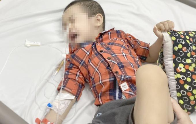 Bệnh nhi khóc nhiều và hoảng loạn khi mới nhập viện. Ảnh: Bệnh viện cung cấp.