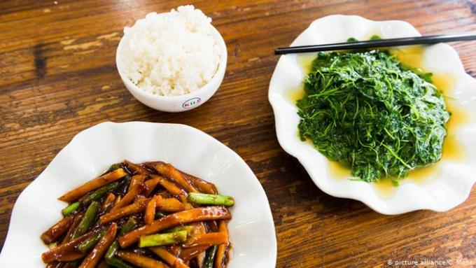 Với nguyên liệu chủ yếu có nguồn gốc thực vật, chế độ ăn truyền thống của Trung Quốc mang lại nhiều lợi ích cho sức khoẻ. Ảnh: Deutsche Welle.