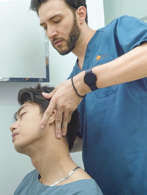 Bác sĩ Paul D'Alfonso điều trị cho Quang Đăng. Ảnh: Jenny Tran.
