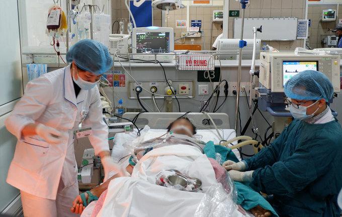 Người bệnh ngộ độc rượu được điều trị tại Bệnh viện Bạch Mai. Ảnh: Văn Phong.