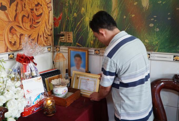 Người cha đặt Kỷ niệm chương Vì sức khoẻ nhân dân lên bàn thờ người con trai 20 tuổi. Ảnh: Thư Anh.