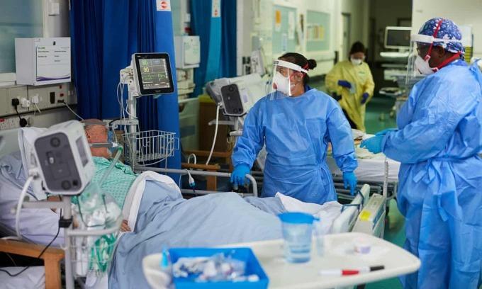 Bệnh viện Milton Keynes ở Anh, nơi bệnh nhân Covid-19 được chăm sóc suốt ngày đêm. Ảnh: Guardian