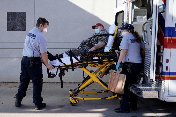 Các nhân viên y tế đưa một bệnh nhân đến phòng cấp cứu ở Shawnee, Oklahoma, tháng 12/2020. Ảnh: Reuters