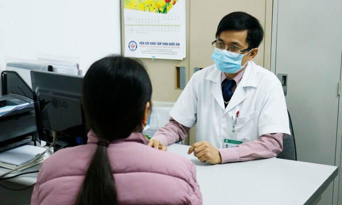 Bác sĩ Bệnh viện Bạch Mai khám tâm lý cho trẻ em cuối cấp. Ảnh: Thành Dương.