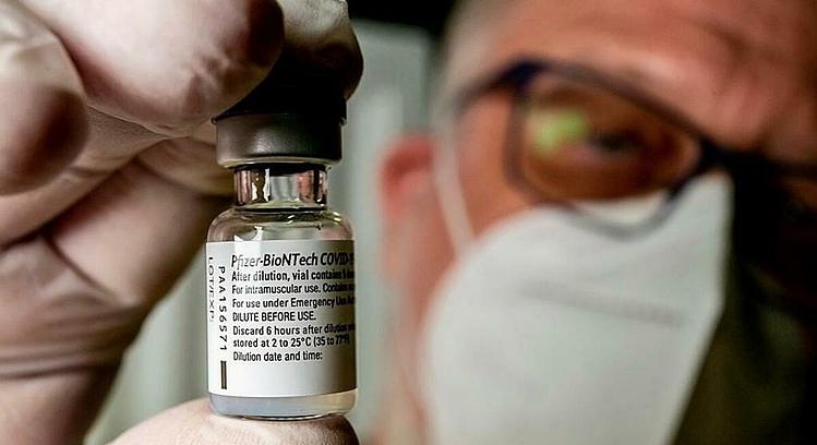 Người già ốm yếu được khuyên không nên tiêm vaccine Covid-19