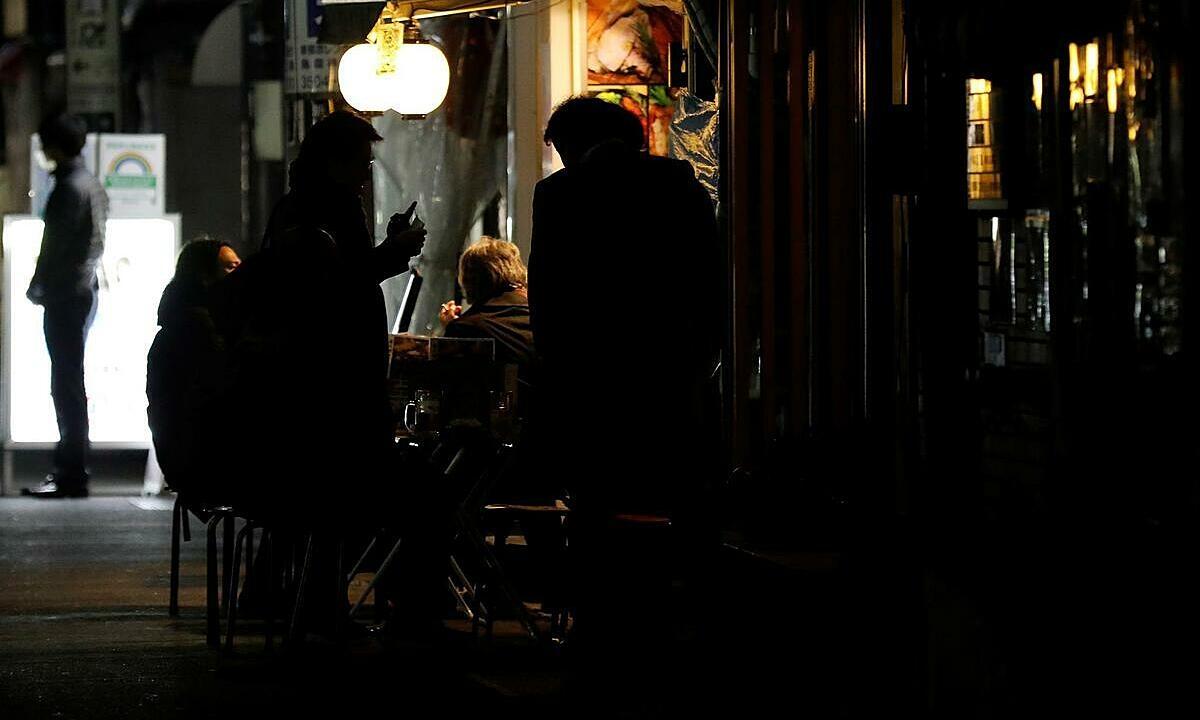 Quán rượu Tokyo sáng đèn giữa tình trạng khẩn cấp