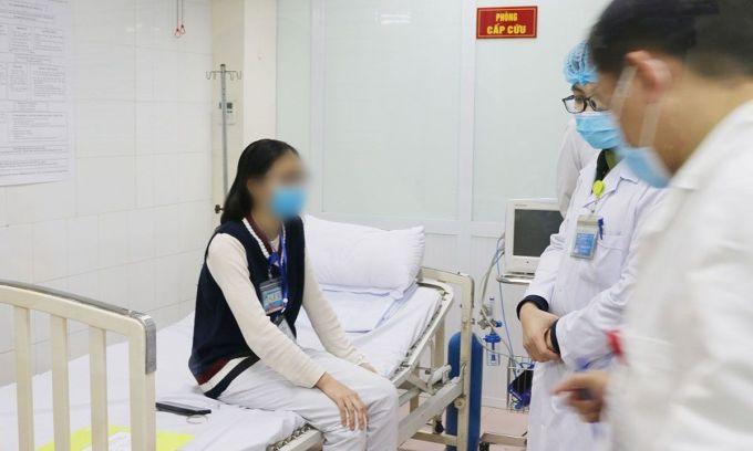 Nữ tình nguyện viên áo đen theo dõi tại Học viện Quân y sau khi tiêm liều 75 mcg. Ảnh: Vũ Nga.