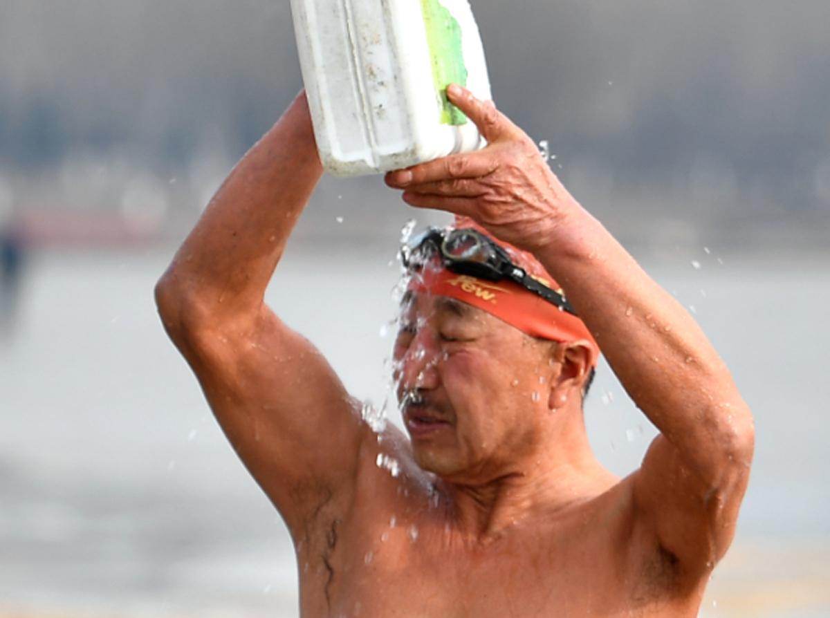 Ba ông già bơi trong nước đóng băng