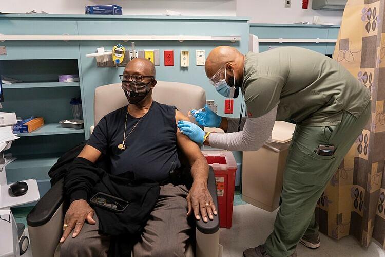 15 người sốc phản vệ sau tiêm vaccine Moderna