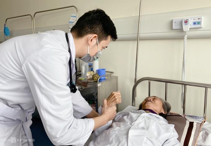 Bác sĩ thăm khám bệnh nhân sau khi tiêm tiêu huyết khối, ngày 25/1. Ảnh: Thùy An