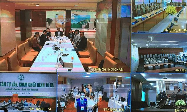 Thứ trưởng Nguyễn Trường Sơn và các thành viên Hội đồng Chuyên môn tại Phòng trực chỉ huy của Bộ Y tế tại Trung tâm Hội nghị Quốc gia. Ảnh: Lê hảo.