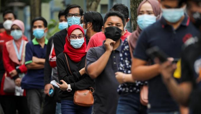 Người dân xếp hàng đợi xét nghiệm nCoV tại thành phố Shah Alam, Malaysia, ngày 7/1. Ảnh: Reuters