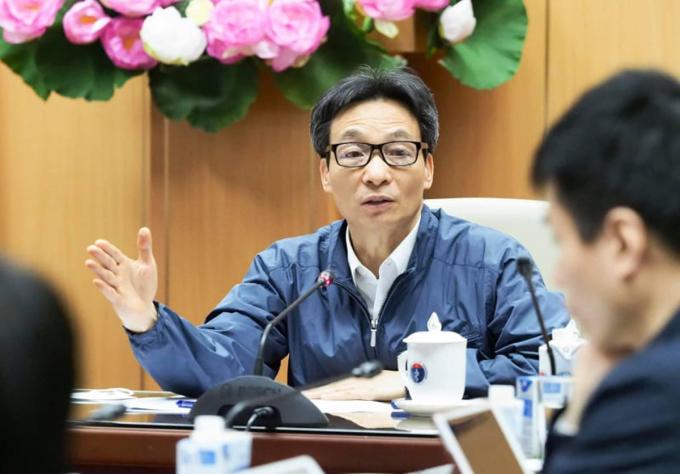 Phó thủ tướng Vũ Đức Đam trong cuộc họp trực tuyến với Bộ Y tế và lãnh đạo tỉnh Quảng Ninh, Hải Dương, đêm 27/1. Ảnh do Bộ Y tế cung cấp.