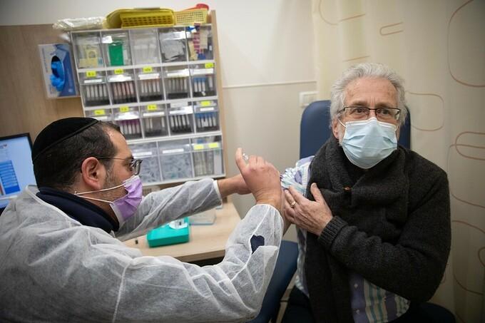 Một người đàn ông ở Jerusalem được tiêm vaccine ngày 30/12. Ảnh: Flash90