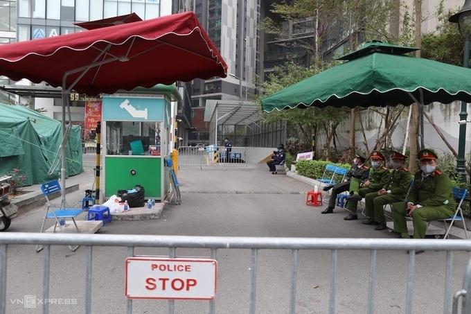 Lực lượng chức năng lập chốt phong tỏa chung cư Garden Hill ở 99 Trần Bình, sáng 8/2. Ảnh:Ngọc Thành