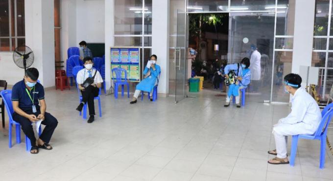 Nhân viên sân bay Tân Sơn Nhất chờ lấy mẫu xét nghiệm tại Trung tâm Y tế quận Tân Bình, tối 7/2. Ảnh do CDC TP HCM cung cấp.