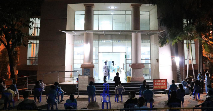 Lấy mẫu xét nghiệm nhân viên sân bay Tân Sơn Nhất tại Trung tâm y tế quận Tân Bình tối 7/2. Ảnh: Trung tâm y tế quận Tân Bình.
