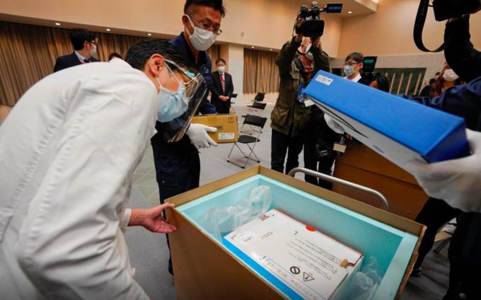 Nhân viên y tế Tokyo kiểm tra nhiệt độ của lô vaccine Pfizer chuyển đến Nhật Bản ngày 16/2. Ảnh:Reuters