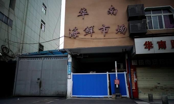 Lối vào chợ hải sản Hoa Nam ở Vũ Hán bị chặn hôm 30/3/2020 sau khi nơi này ghi nhận đợt bùng phát Covid-19 đầu tiên trên thế giới. Ảnh:Reuters.