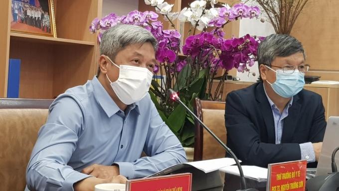 Thứu trưởng Sơn (trái) và giáo sư Bình hội chẩn các ca bệnh nặng tại đầu cầu Bộ Y tế, chiều 19/2. Ảnh: Võ Thu.