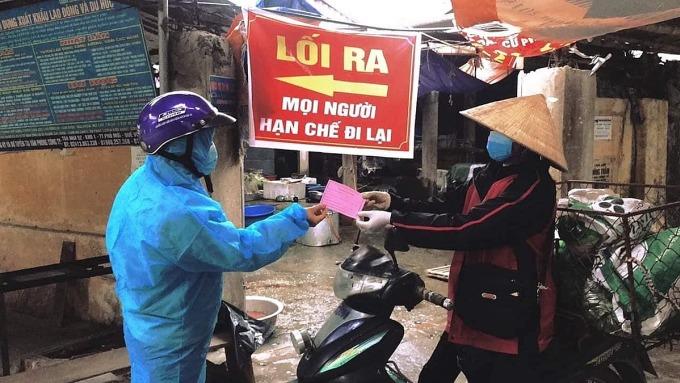 Người dân Hải Dương đi chợ bằng phiếu. Ảnh: Bộ Y tế.