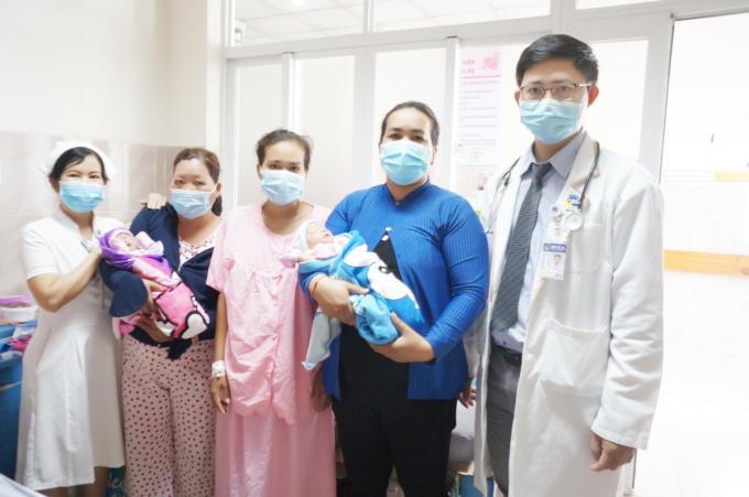 Sau 5 ngày hậu sản, ba mẹ con đã ổn định sức khỏe và đang được chăm sóc, theo dõi tại bệnh viện. Hai bé bú tốt, còn vàng da đến bụng. Ảnh: Bệnh viện cung cấp.