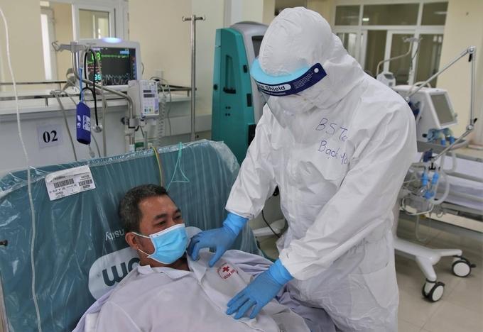 Bác sĩ Bệnh viện Bạch Mai chi viện Hải Dương, đang điều trị bệnh nhân Covid-19 tại bệnh viện dã chiến. Ảnh: Bộ Y tế.