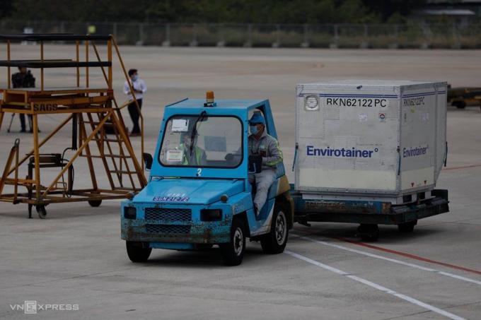 Sau khi khử khuẩn, lô hàng đặc biệt được vận chuyển ra khỏi sân bay đến kho lạnh bảo quản, sáng 24/2. Ảnh: Hữu Khoa.