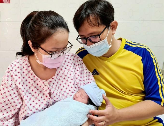 Vợ chồng bác sĩ Hoài Thanh, Phương Thảo đón con trai chào đời ngày Thầy thuốc Việt Nam 27/2. Ảnh: Lê Phương.
