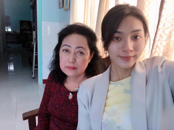 Mộng Thường chụp ảnh cùng mẹ tại quê nhà Tiền Giang, tết nguyên đán 2021. Ảnh: Nhân vật cung cấp.