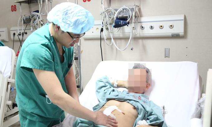 Bác sĩ kiểm tra sức khỏe bệnh nhân sau phẫu thuật. Ảnh: Bệnh viện cung cấp