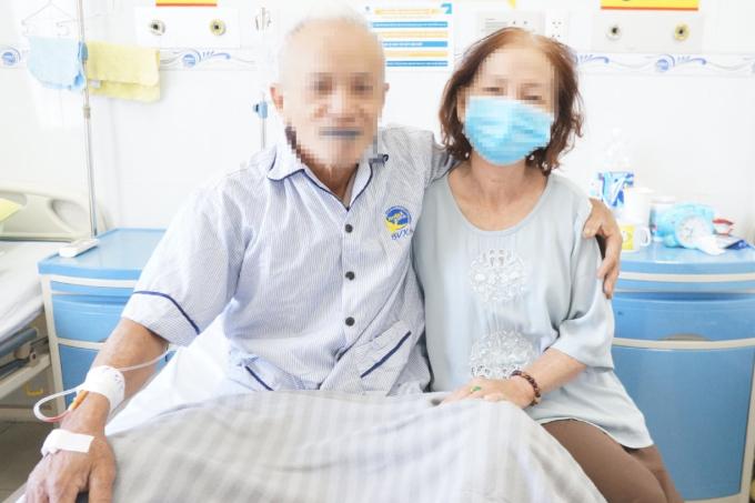 Bệnh nhân (bên trái) hồi phục ngoạn mục sau cơn xuất huyết não, đã tỉnh táo và giao tiếp tốt. Ảnh: Bệnh viện cung cấp.