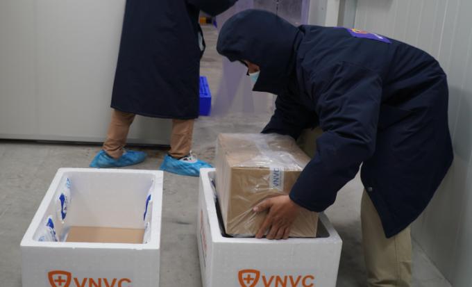 Lô vaccine AstraZeneca tiêm đợt một cho các tỉnh Hải Dương, Hà Nội đã được vận chuyển bằng máy bay đi Hà Nội đêm 6/3. Ảnh: Thư Anh.