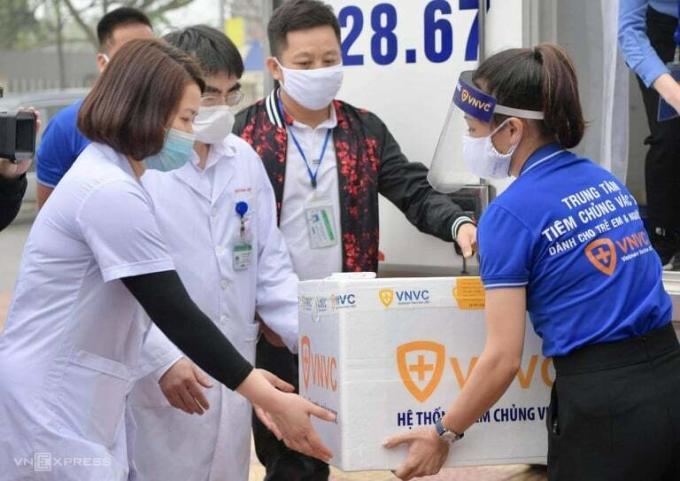 Tại Bệnh viện Bệnh Nhiệt đới Trung ương, Hà Nội, giám sát viên quốc tế đang bàn giao và kiểm tra điều kiện tiêm chủng bên trong phòng tiêm trước giờ chính thức tiêm, sáng 8/3. Ảnh: Giang Huy.