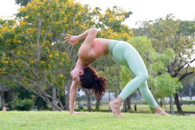 Xuân tập yoga tại nhà và dạy học ở phòng tập. Thỉnh thoảng, cô cùng học viên ra công viên để thay đổi không khí, giúp nhau tập động tác khó. Ảnh: Nhân vật cung cấp