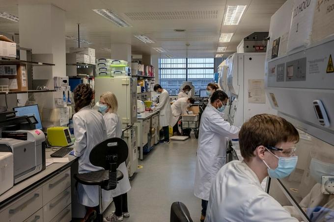 Chuyên gian nghiên cứu về vaccine Covid-19 tại Anh, tháng 10/2020. Ảnh: NY Times