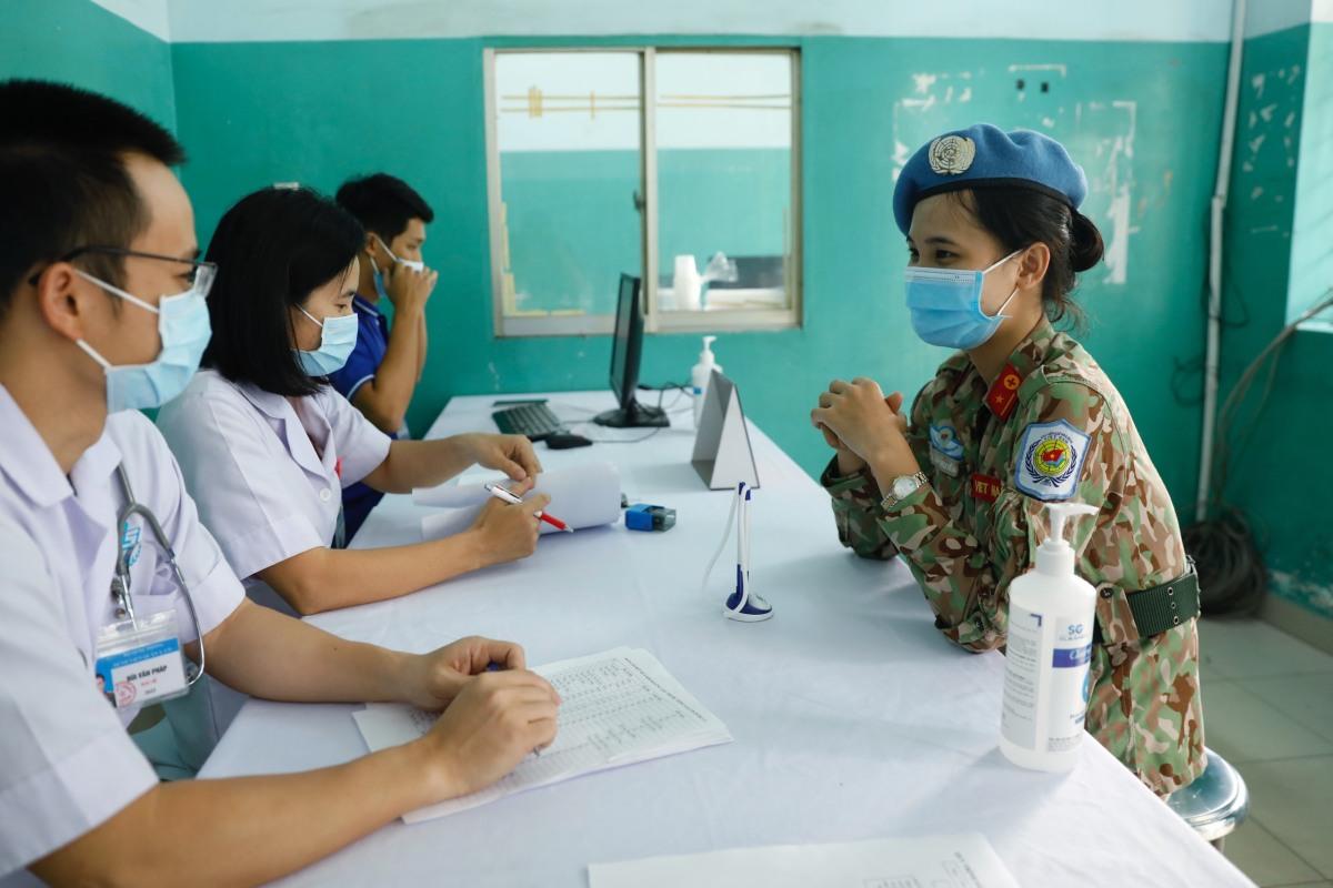 Y bác sĩ lực lượng hòa bình tiêm vaccine Covid-19