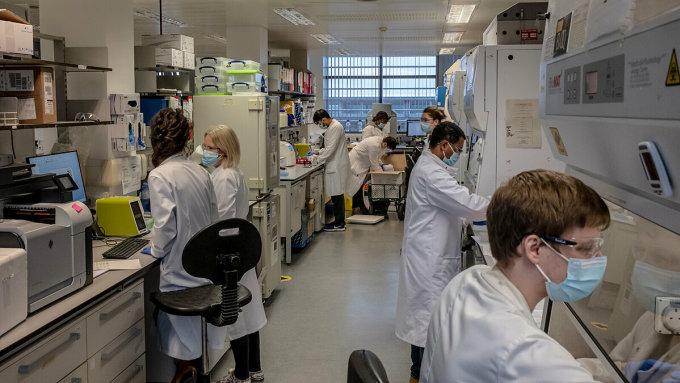 Các chuyên gia đánh giá hiệu quả của vaccine AstraZenenca tại Đại học Oxford. Ảnh: NY Times