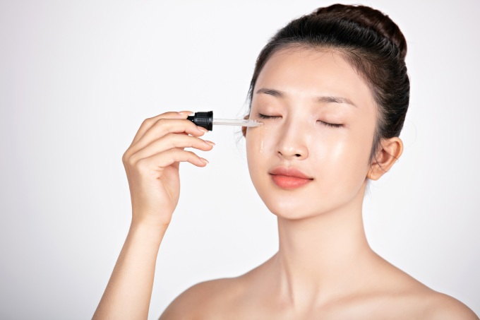 Nhỏ giọt serum ngừa lão hóa Anti Aging Serum Naunau lên 4 điểm: trán, cằm và hai bên má, vỗ nhẹ để serum thẩm thấu vào bên trong.