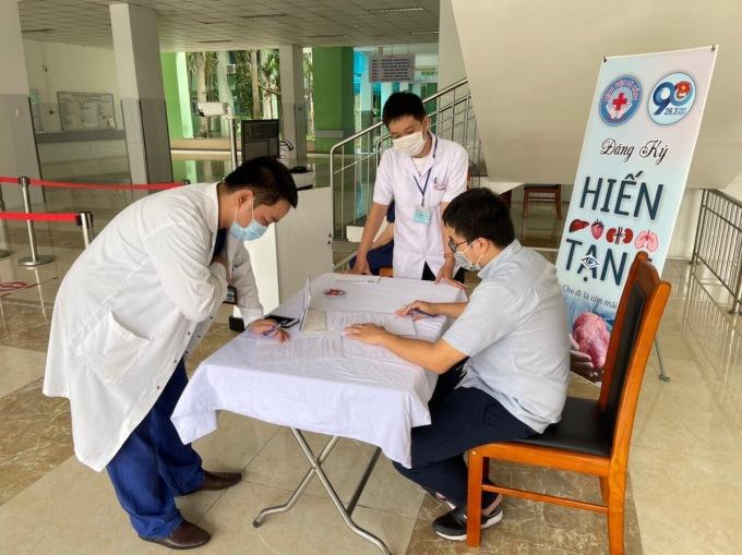 Bác sĩ Nguyễn Tấn Hùng điền thông tin vào mẫu đơn đăng ký hiến tạng. Ảnh: Gia Lộc